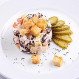 Салат с сыром и красной фасолью