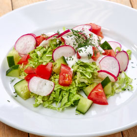 Салат с огурцами, помидорами и редисом