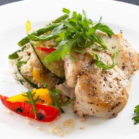 Куриное филе с овощами и киноа