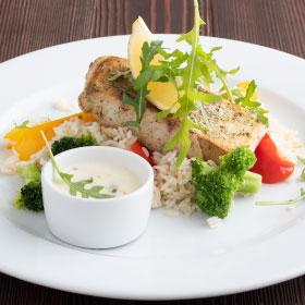 Судак на рисовой подушке с овощами