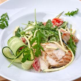 Салат из цукини с теплой курицей
